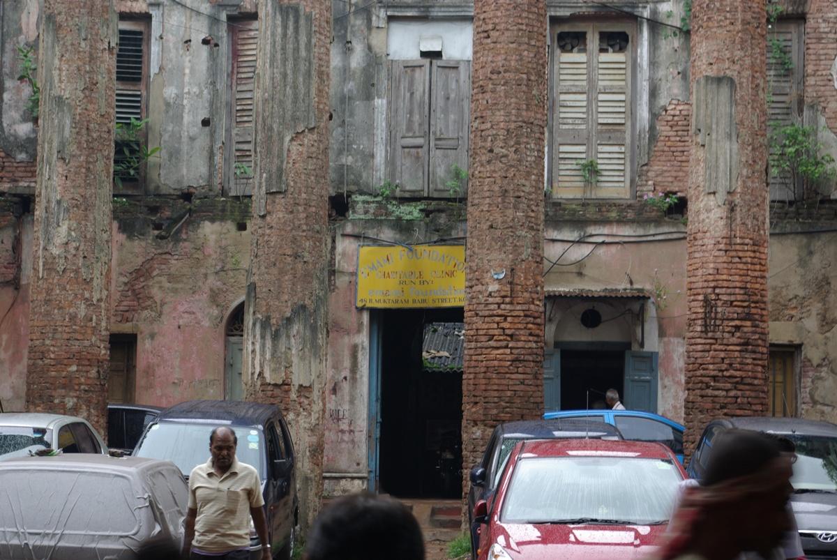 Nowe samochody i budynki w ruinie - typowe dla Kalkuty