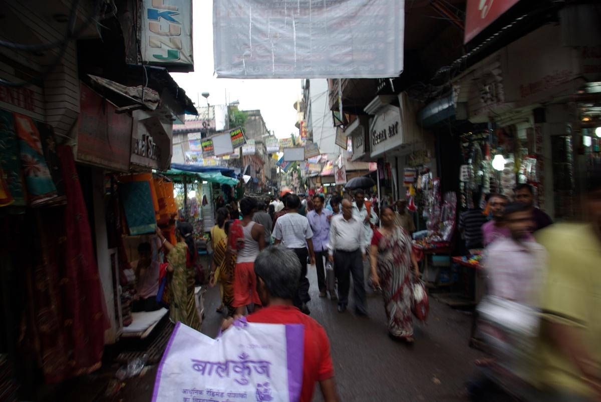 Ciasne i zatłoczone uliczki Kalkuty... standard