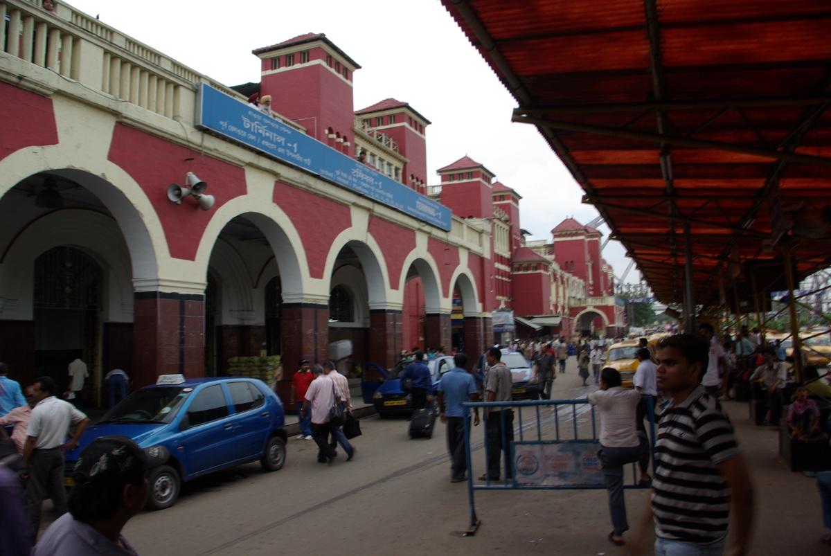 Dworzec Howrah i postój taksówek