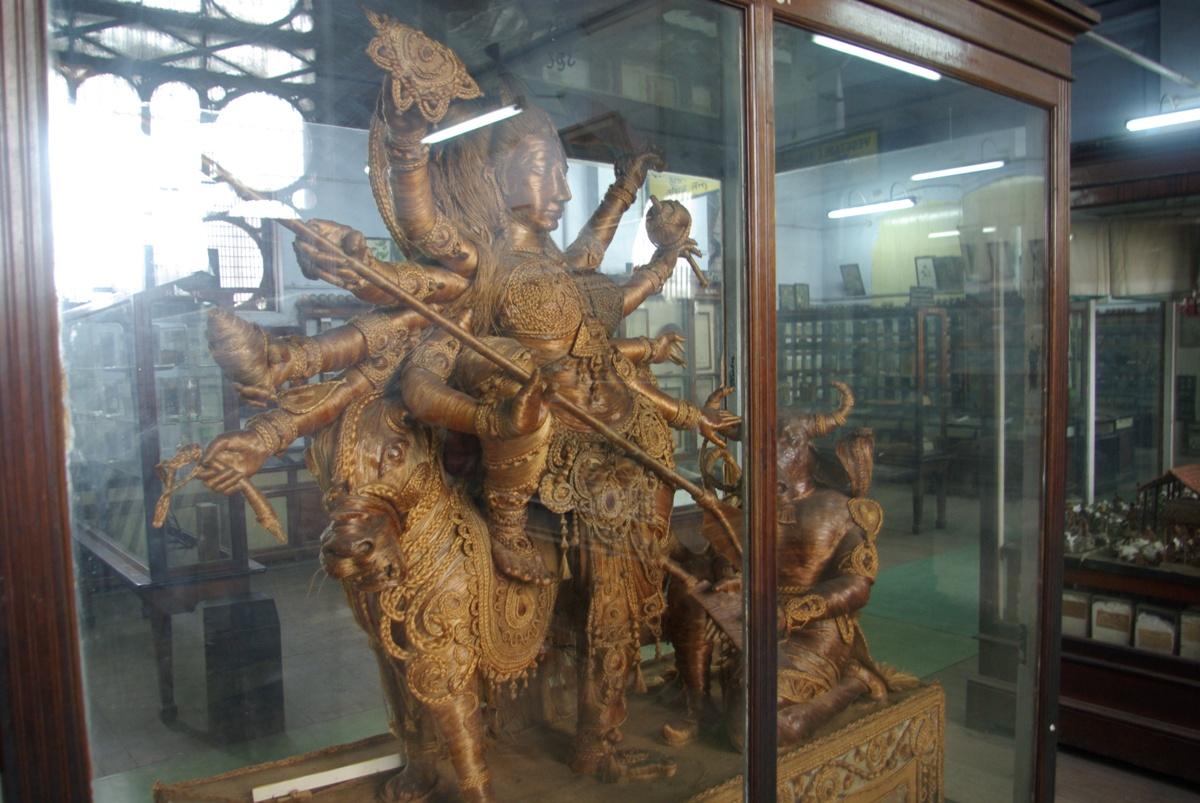 Ta rzeźba to tak właściwie najciekawszy eksponat w sali poświęconej... historii przemysłu w Hindustanie ;)