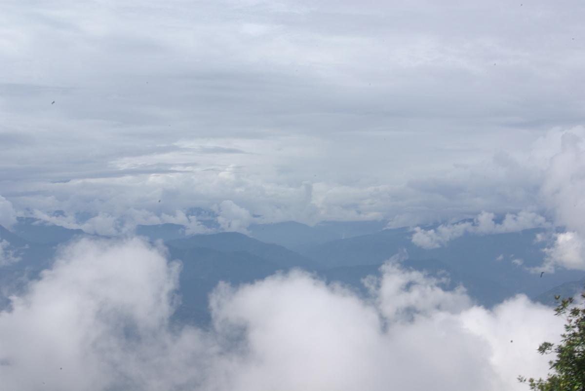 I wreszcie same chmury – a w tle Himalaje! Niestety, widoczność zbyt niska by dostrzec odległe szczyty