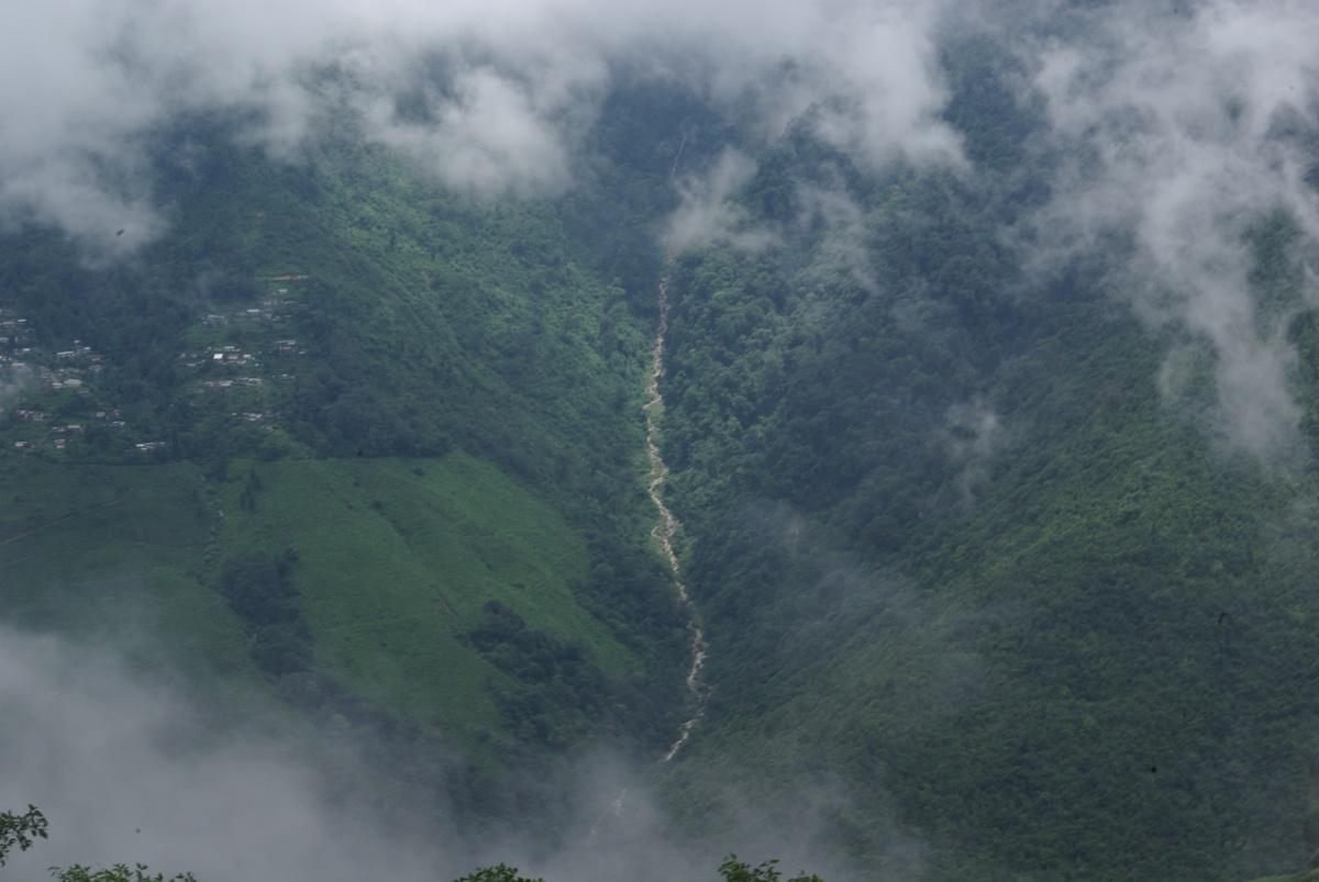 Dolina i rzeka spływająca ze słynnego Tiger Hill. Niestety tam nie dotarliśmy :(