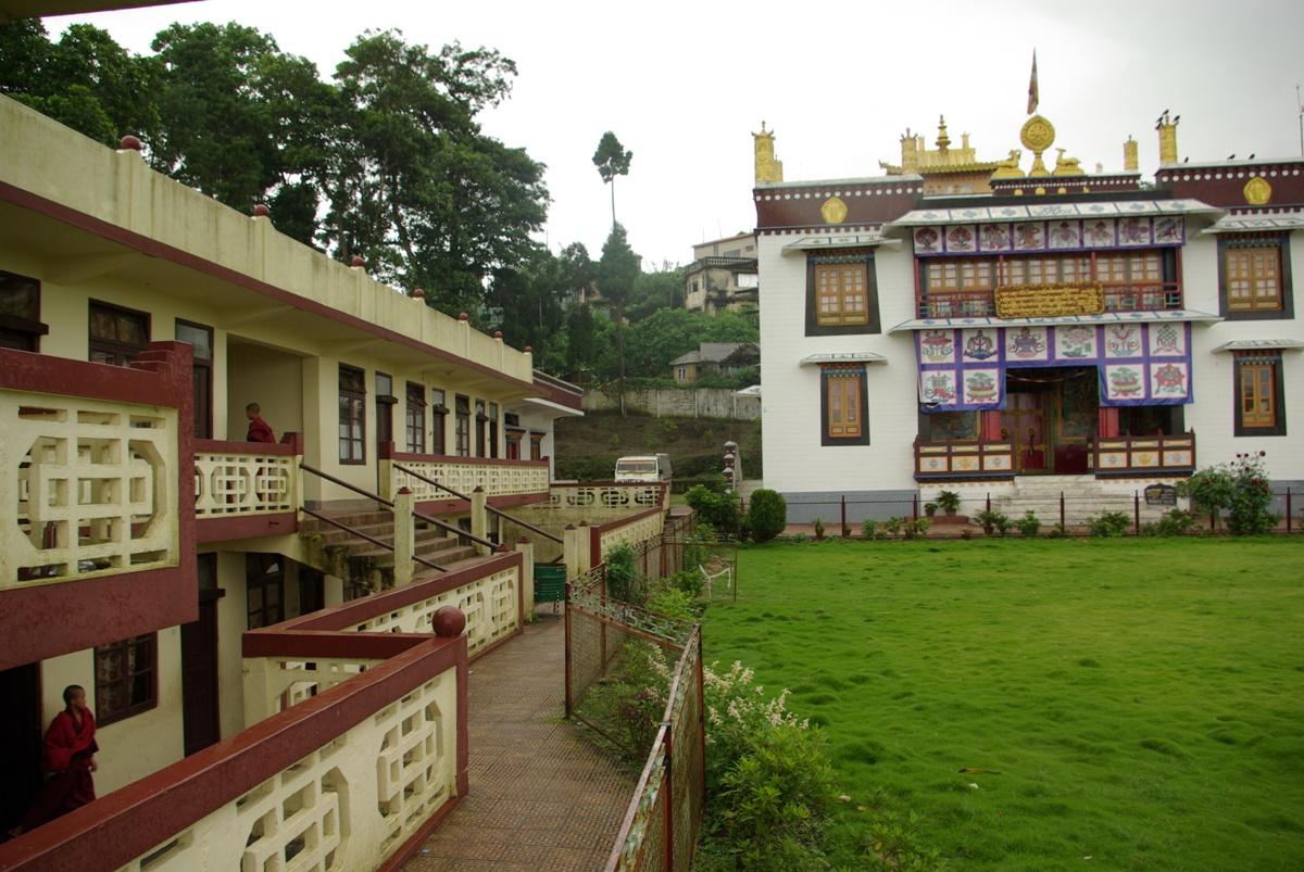 Centralnie: gompa; po lewej jeden z budynków mieszkalnych mnichów