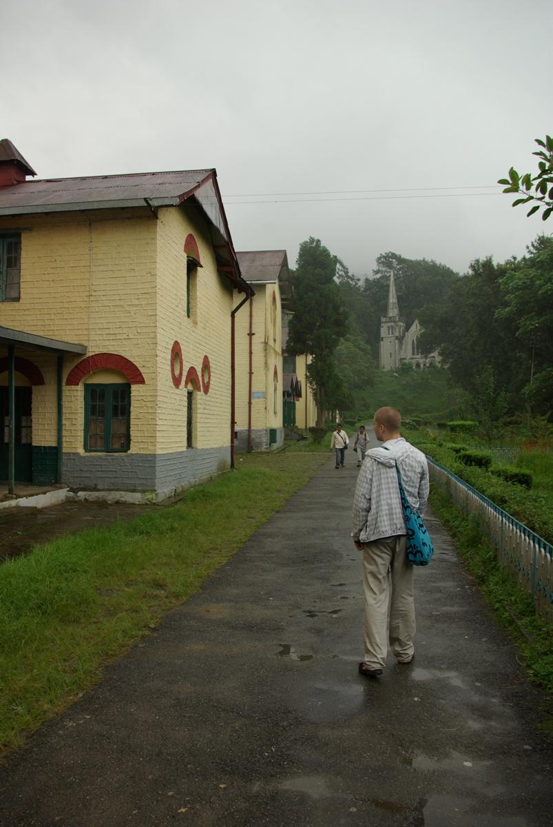 Po lewej stronie budynki szkolne, w oddali kaplica katolicka