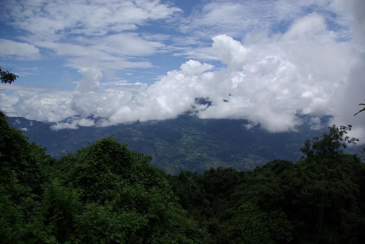 Widok na dolinę pod Pelling i wyjątkowo ładne chmurki – pogoda się nam trafiła idealna!
