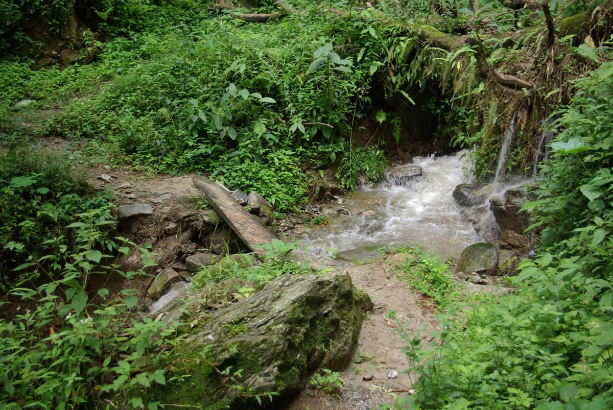 Jedno z lepszych przejść przez strumień. Częściej zdarzało się nam skakać...