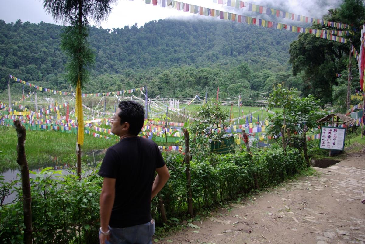 Deepen Pradhan – nasz gospodarz, przewodnik, dobrodziej. W tle Khecheopalri Lake