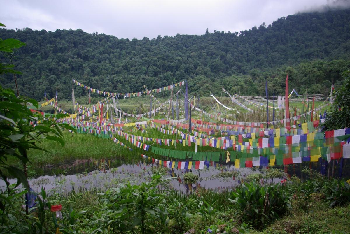 Flagi z tybetańskimi inskrypcjami – bardzo częsty widok wokół świętych miejsc buddyjskich