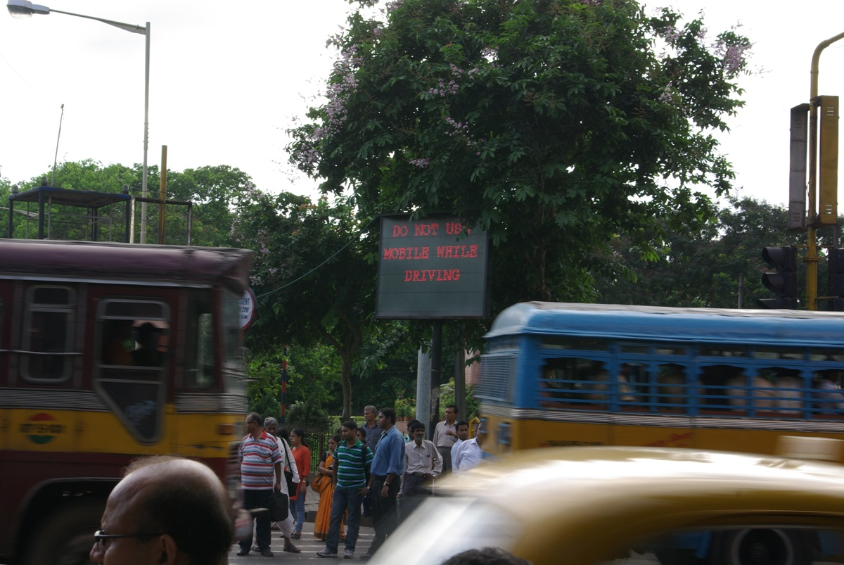 """A jeszcze częściej na mieście widać znaki """"OBEY TRAFFIC RULES"""", oh the irony."""